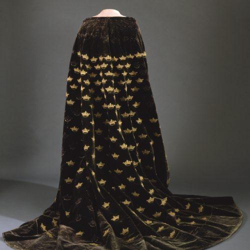 Erik XIVs mantel, Livrustkammarens äldsta klädesplagg