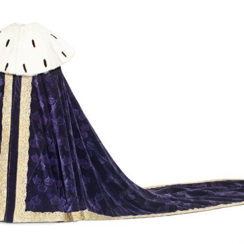 Kröningsmantel av purpurfärgad sammet. Använd av Drottning Kristina, Hedvig Eleonora, Karl X Gustav och Karl XI